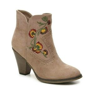NWT MIA Embroidered taupe Western boots. Size 7.
